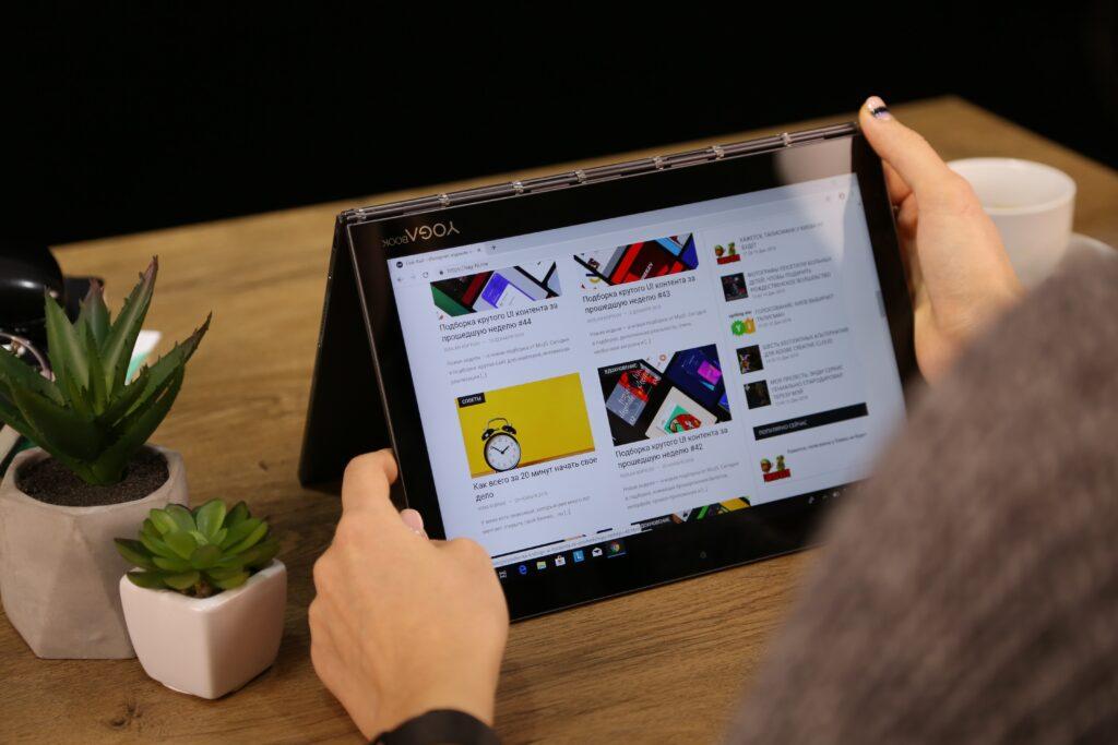 ajustando tablet encima de la mesa