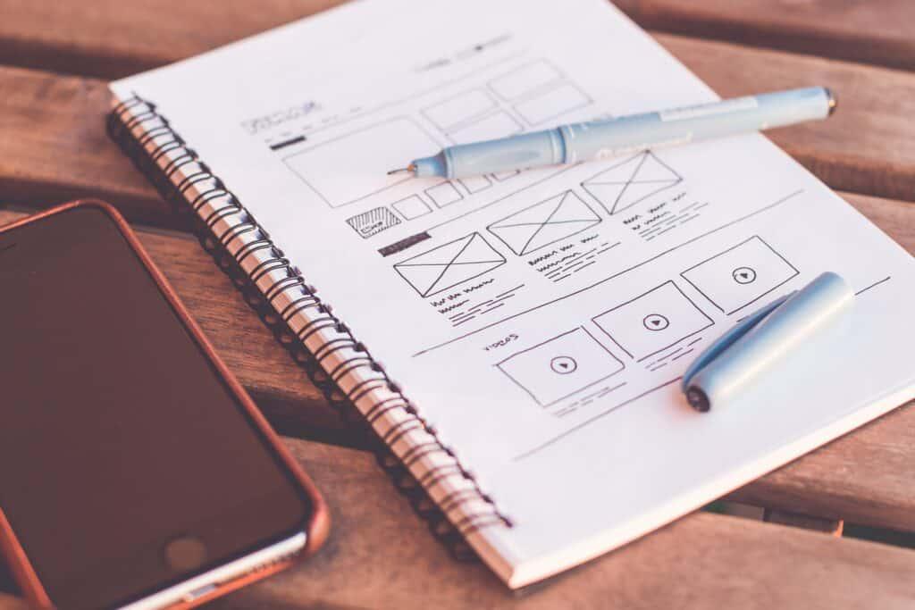 libreta abierta con bolígrafo diseñando una app