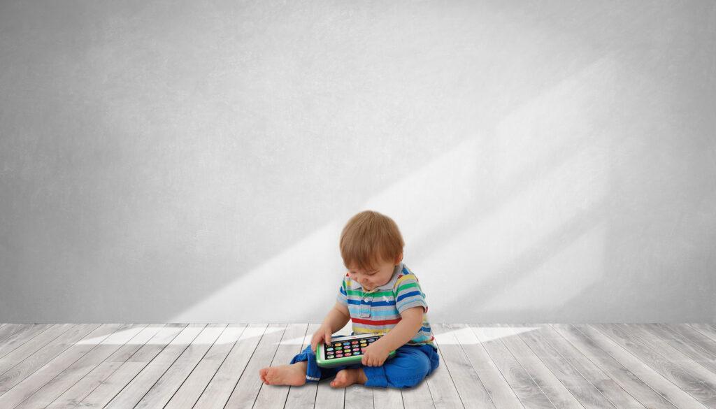 bebé juega con tablet de juguete