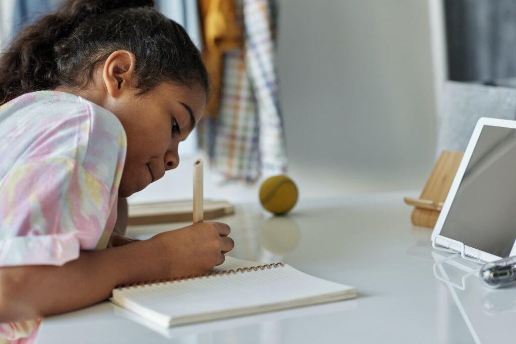 Niña de primaria estudia con una tablet