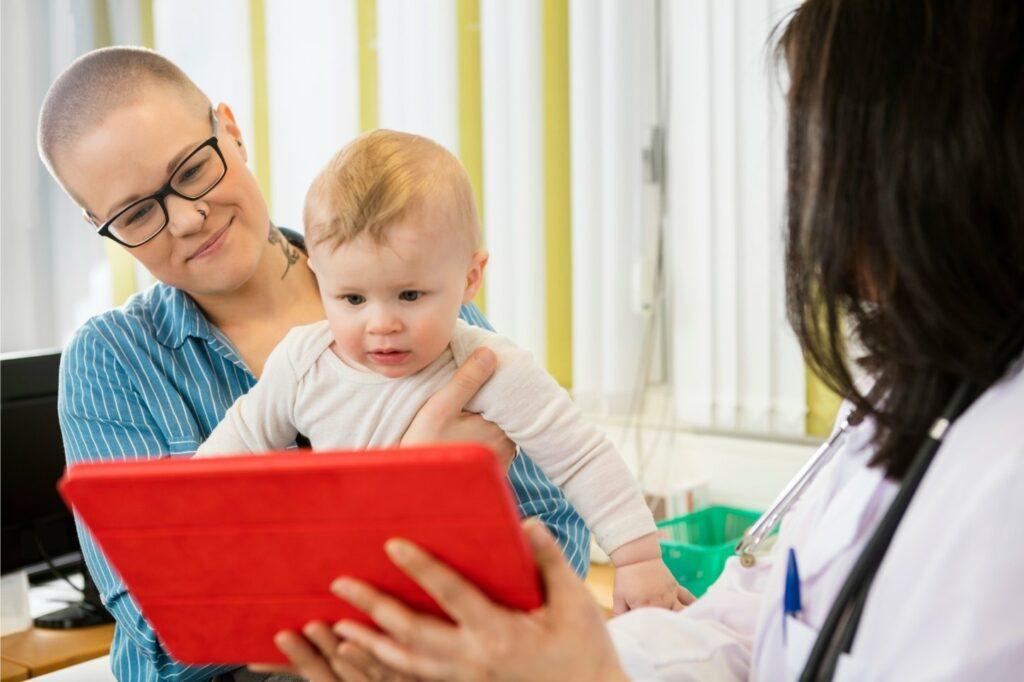 niño de 2 años con una tablet
