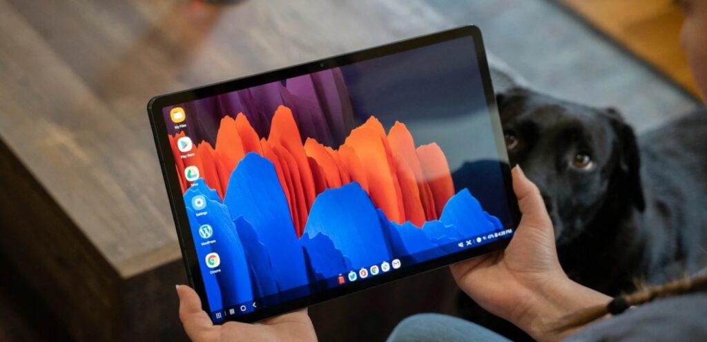 tablet Galaxy Tab Android en las manos de una mujer
