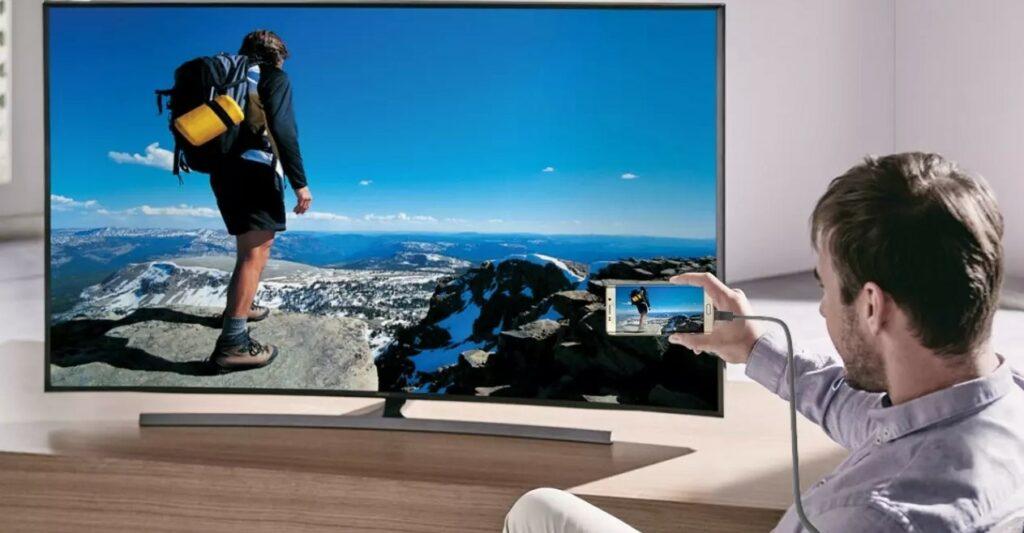 Hombre conecta su tablet al televisor mediante MHL